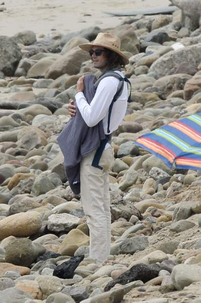 Quand Leighton Meester se bat contre les vagues, Adam Brody surveille la houle ! Et le bébé de moins d'un an n'est jamais très loin, blotti dans les bras de son papa...