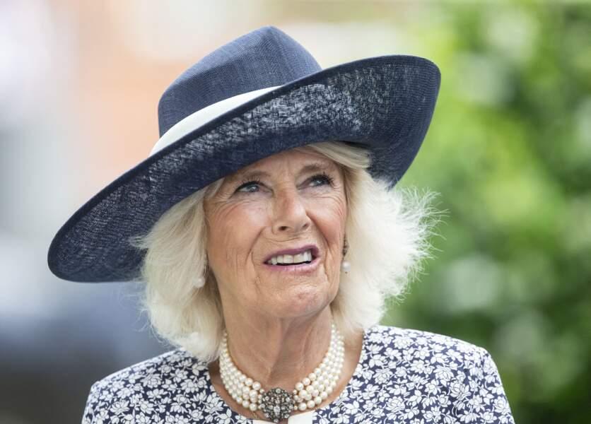 Radieuse, la duchesse de Cornouailles porte un sublime chapeau bleu marine assorti à sa robe fleurie au King George Diamond Weekend.