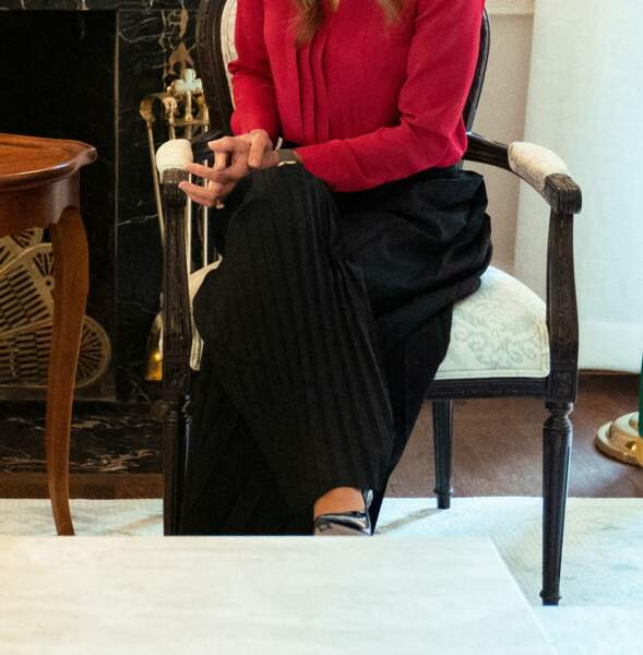 Après avoir opté pour une robe rouge écarlate, lors de sa rencontre avec Jill Biden, Rania de Jordanie a préféré choisir un pantalon noir fluide pour cette réunion à Washington.