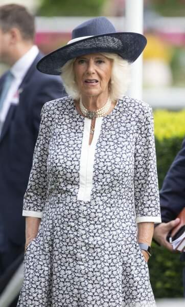 Camilla Parker Bowles a choisi une robe fleurie tout confort, lui permettant de mettre les mains dans ses poches lors du King George Diamond Weekend.