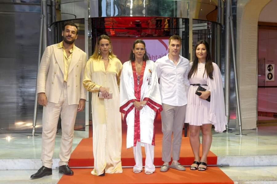 La princesse Stéphanie de Monaco avec sa fille, Pauline Ducruet et son partenaire d'un côté, et de l'autre son fils Louis Ducruet et sa femme Marie, à la soirée e Fight Aids Monaco, le 24 juillet