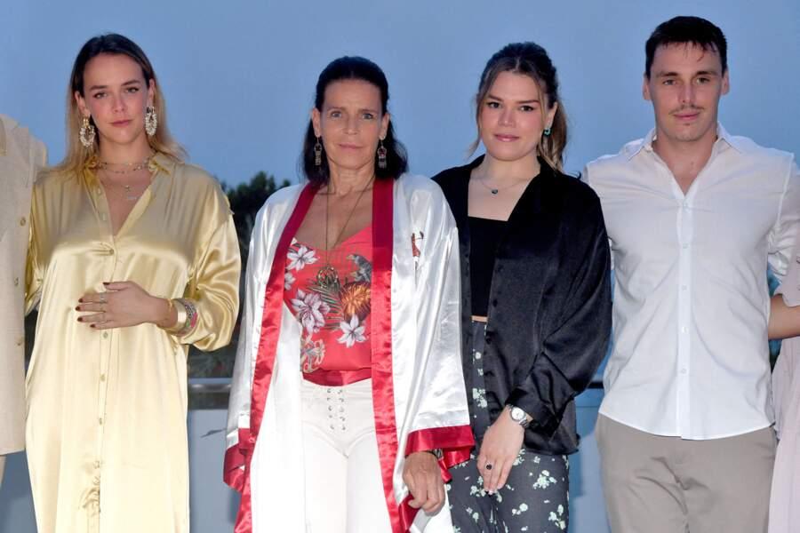 La princesse Stéphanie de Monaco avec Pauline Ducruet, Camille Gottlieb et Louis Ducruet au gala de Fight Aids Monaco, le 24 juillet