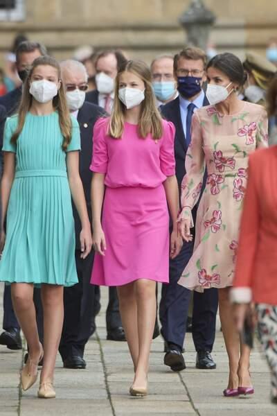 La reine Letizia d'Espagne entourée de ses deux filles, l'infante Sofia d'Espagne et la princesse Leonor à la fête nationale de la Galice, le 25 juillet