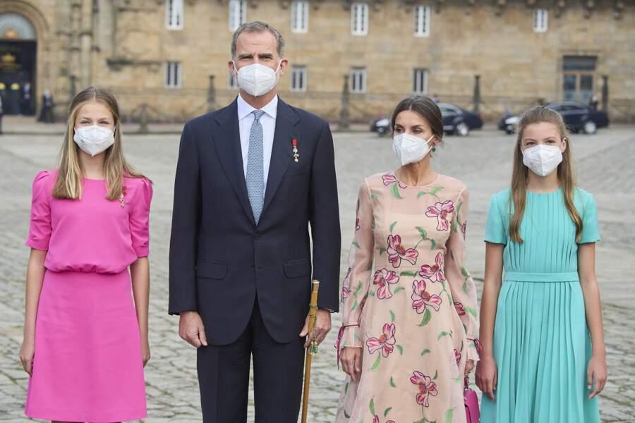 La reine Letizia d'Espagne entourée de ses filles  craquantes et flashy pour l'occasion, ce 25 juillet