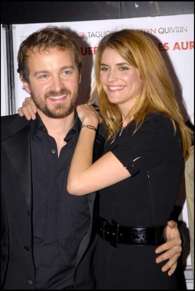 """Alice Taglioni au naturel en 2007 avec son compagnon Jocelyn Quivrin pour la première du film """" notre univers impitoyable"""""""