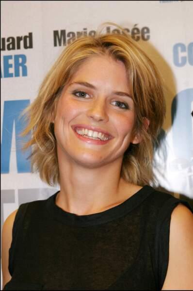 Alice Taglioni en 2004, cheveux blonds ébouriffés et large sourire.