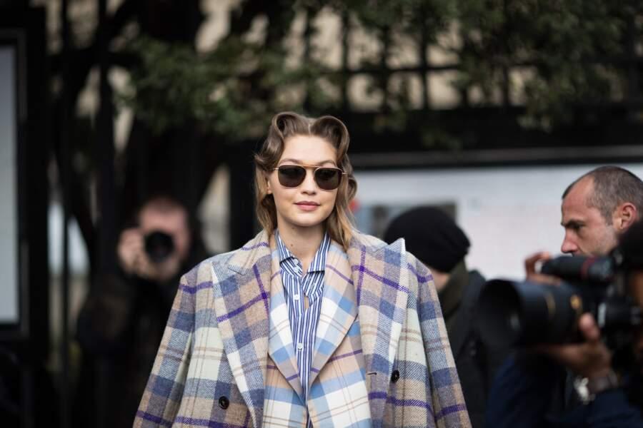 Gigi Hadid opte pour le manteau à carreaux couleur lilas au défilé Miu Miu Automne/Hiver