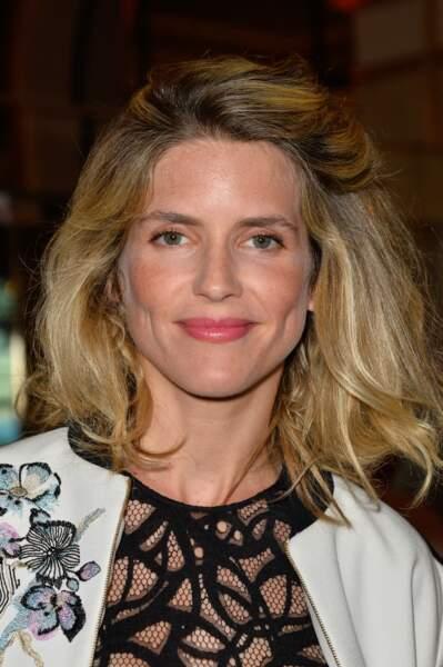 Alice Taglioni en 2017 : demi-queue de cheval et maquillage lumineux.