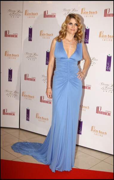 Alice Taglioni en robe de soirée longue, fluide et décolletée