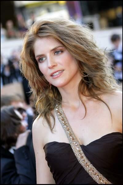 Alice Taglioni brune en 2007, les cheveux longs et ondulés lors du festival de. Cannes