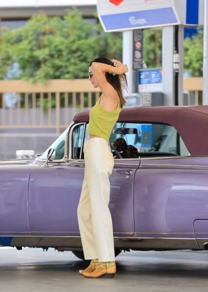 Dans une station service à Malibu,  Kendall Jenner porte une tenue western, vintage et chic qu'on va s'empresser d'adopter toute la saison