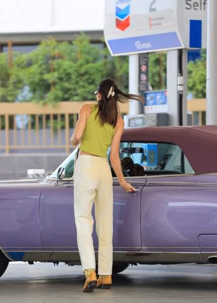 Lorsqu'elle s'absente de sa villa estimée à 8,5 millions de dollars, Kendall Jenner n'hésite pas à sortir branchée, en voiture de collection à Malibu