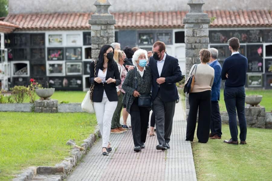 Ana Togores, Marisol Álvarez et Jesús Ortiz  au cimetière de Ribadesella, le 28 juillet 2021.