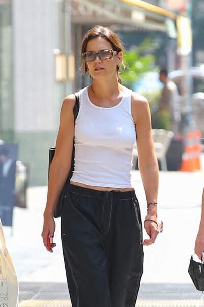 Katie Holmes, décontractée a misé sur un débardeur classique pour braver la chaleur dans les rues de New York ce 27 juillet 2021
