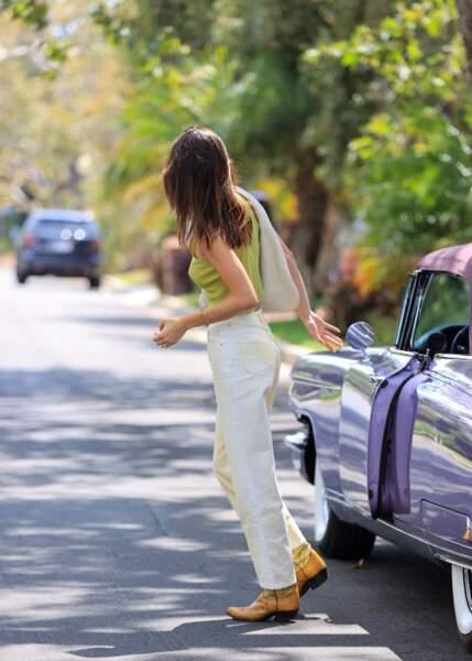 Du haut de son 1m79, Kendall Jenner opte pour des pantalons droits et longs avec ses santiags.