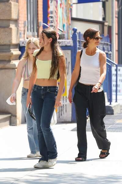 Adolescente toujours bien lookée, Suri Cruise dévoile sa silhouette fine en jean taille basse dans les rues de New York, le 27 juillet 2021