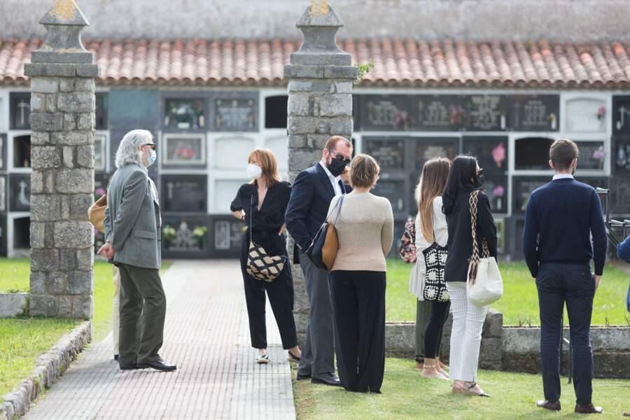 Jesús Ortiz et Henar Ortiz, les enfants de Menchu Alvarez, aux funérailles de leur mère,  au cimetière de Ribadesella, le 28 juillet 2021.