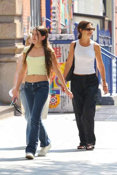 Fusionnelles, Katie Holmes et sa fille Suri Cruise, se ressemblent et accordent leur look dans les rues de New York le 27 juillet 2021