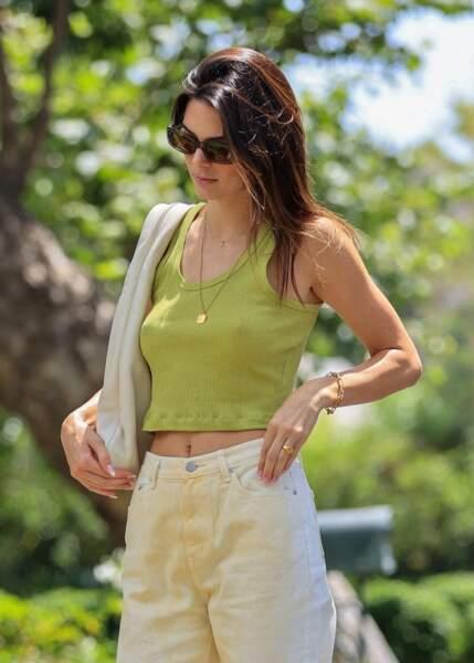 Adepte de sacs à main, Kendall Jenner a opté pour un tote bag en cuir blanc, signé The Row dans une station service à Malibu