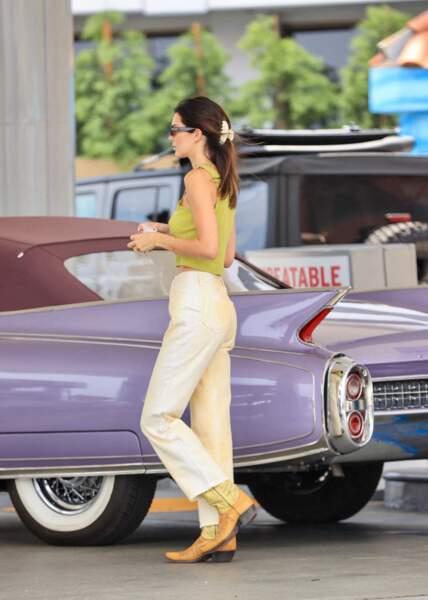 Dans une station d'essence à Malibu Kendall Jenner fait sensation