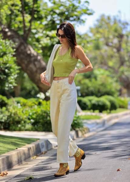 Kendall Jenner en crop tank top tendance, couleur vert pomme et santiags dans une station service à Malibu