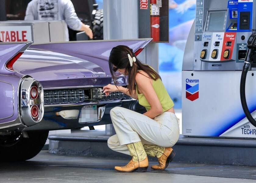 Passionnée de voitures rétro et des looks vintage, Kendall Jenner sait mixer ses deux passions.