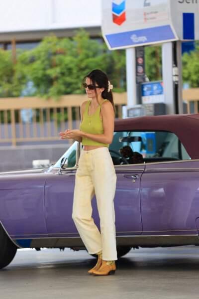 Pour soigner cette tenue, si simple mais si chic, Kendall Jenner a opté pour son énième pièce favorite : des bottines western et vintage jaune