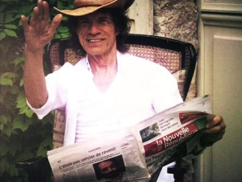 """Mick Jagger en train de lire le journal local """"La Nouvelle République"""" dans son château de Fourchette"""