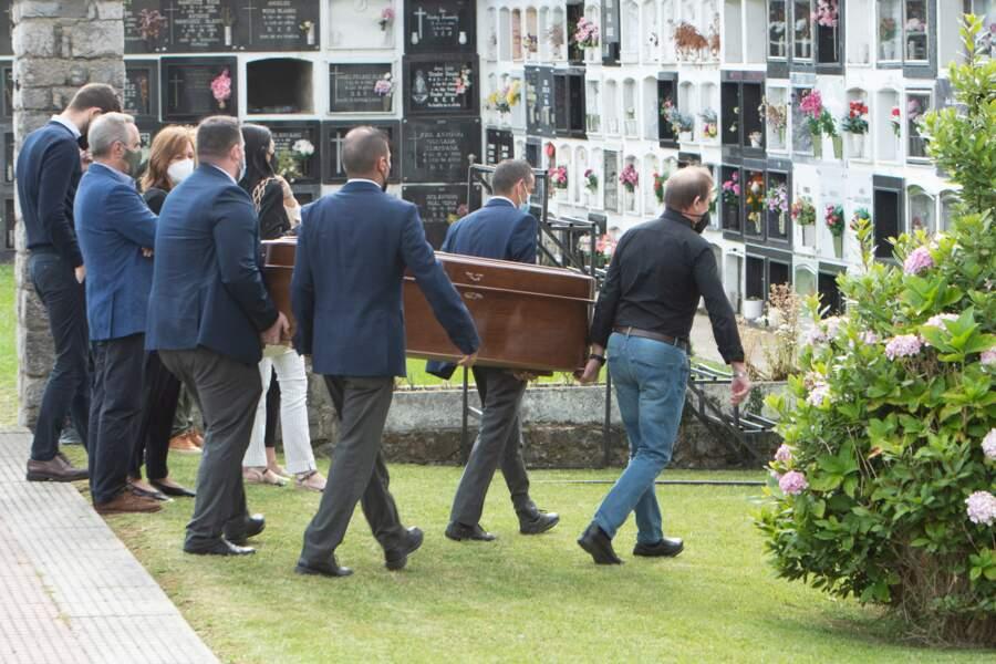 Le cercueil de Menchu Alvarez pour les derniers adieux,  au cimetière de Ribadesella, le 28 juillet 2021