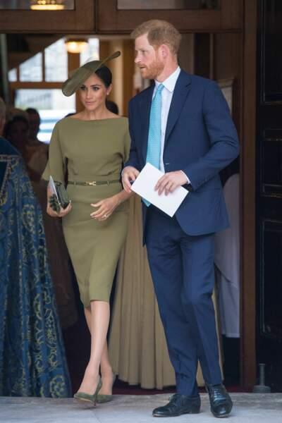 Meghan Markle distinguée en robe couture courte et chapeau royal