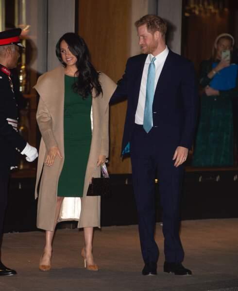 Meghan Markle ne se sépare jamais de ses longs manteaux couleur neutre