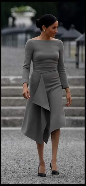 Meghan Markle fine et féminine en robe près du corps grise