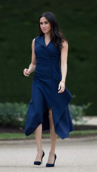 Meghan Markle séduisante en robe fendue et mi-longue