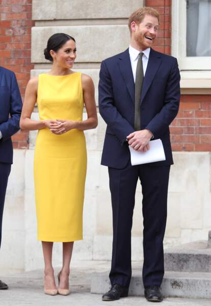Meghan Markle chic en robe jaune cintrée