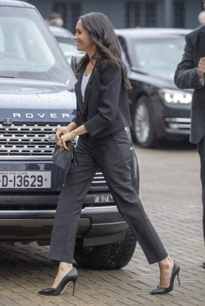 Meghan Markle haut perchée sur ses talons aiguilles et en costume féminin