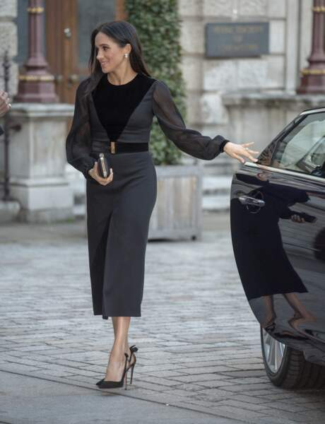 Meghan Markle éblouissante en robe sexy Givenchy, transparente et fendue au milieu des jambes. Le tout signé par sa paire de talons préférée, les Aquazurra noires