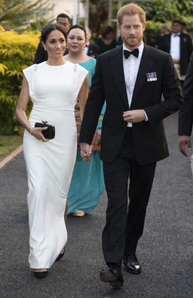 Meghan Markle princière en robe extra-longue et immaculée
