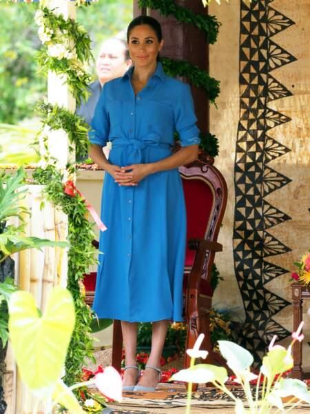 Meghan Markle rayonnante en longue robe chemise bleu