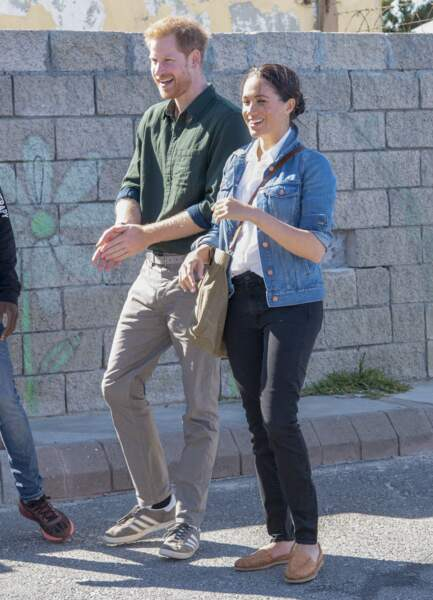 Meghan Markle en chemise en jean et mocassins