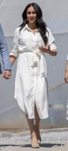 Meghan Markle casual en robe chemise, nouée à la taille