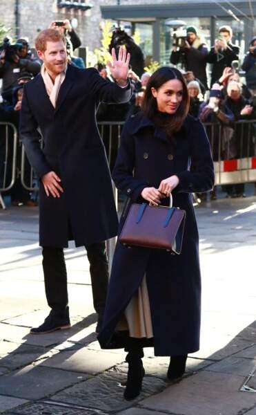 Meghan Markle en jupe longue, sac à main Strathberry et long manteau biritish signé Mackage