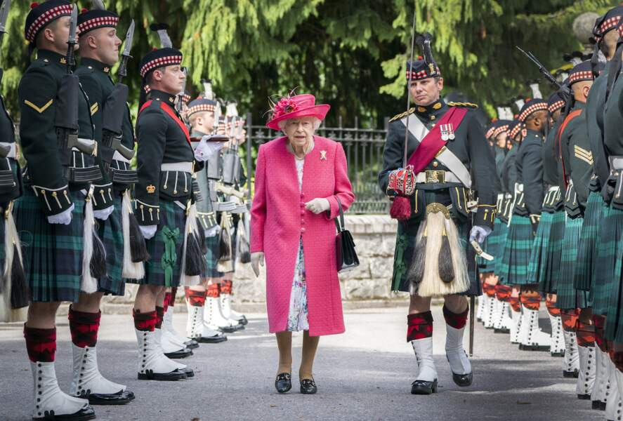 La reine Elisabeth II lors d'une inspection des troupes de Balaklava Company, 5ème Bataillon du Régiment Royal d'Écosse à Balmoral, le 9 août 2021.