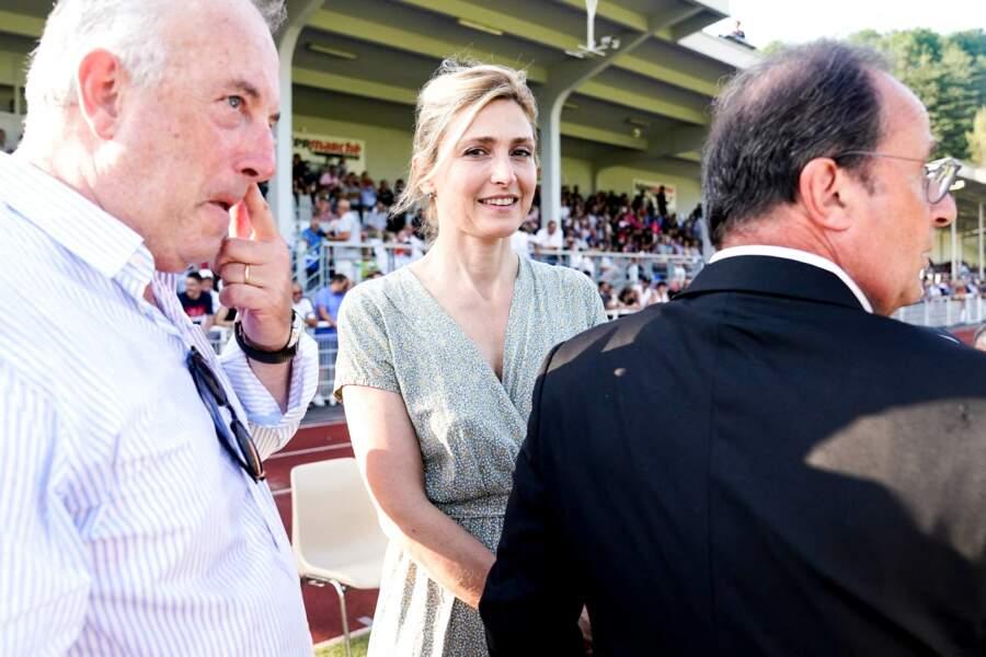 Julie Gayet, en vacances à Tulle avec l'ancien président de la République, portait une robe bleue pour l'occasion.