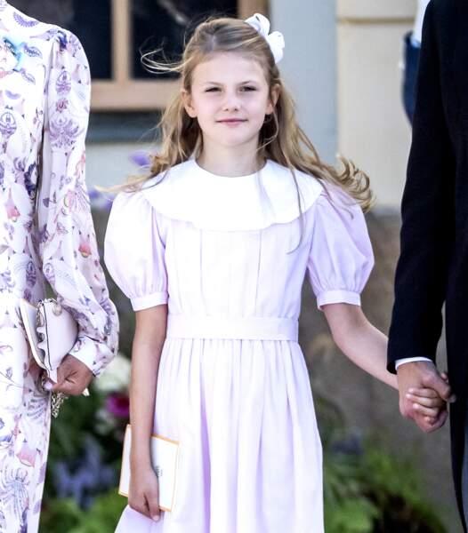 La princesse Estelle, la fille de Victoria de Suède et du prince Daniel, a assisté au baptême de son dernier cousin.