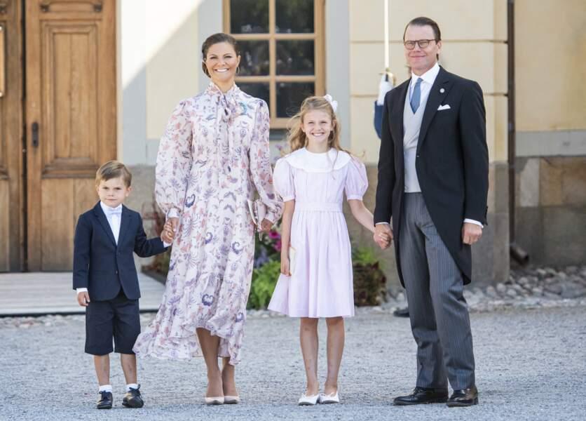 La sœur aînée de Carl Philip, la princesse héritière Victoria, ainsi que son époux, le prince Daniel, étaient également là, en présence de leurs enfants, la princesse Estelle et le prince Oscar.