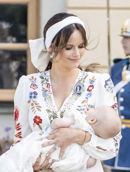 Pour l'occasion, le prince Julian était vêtu de la robe de baptême traditionnelle de la famille royale datée de 1906.