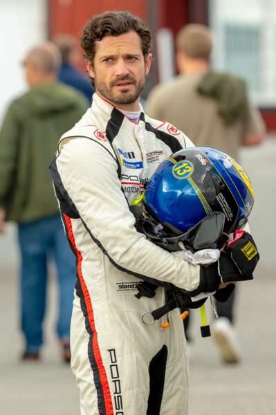 Vêtu d'une combinaison blanche et d'un casque bleu, il concourait pour Porsche.