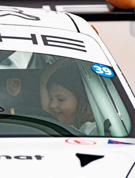Le prince Gabriel dans la Porsche du prince Carl Philip de Suède.