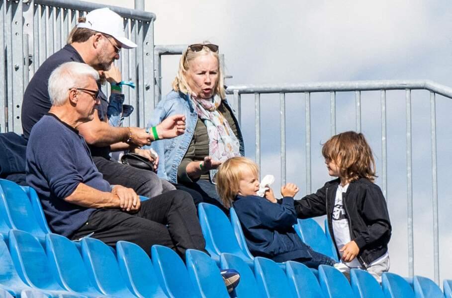 Les enfants ont pu profiter de la course et encourage leur père depuis les gradins.