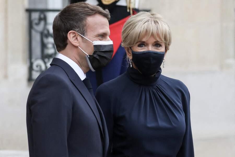 Brigitte Macron en total look bleu nuit pour un dîner officiel à l'Elysée, le 17 mai 2021.
